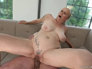 Mature amateur blonde Violett gets her mouth cum lip after a fuck