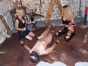 Esclave anal de 2 dominas pisseuses