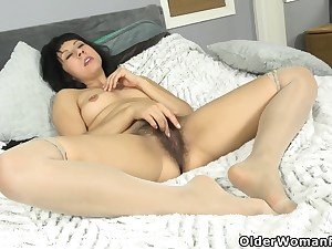 Kimber Lee - American Milf Feels Like Getting Ourselves Off Relating to Her Fingers